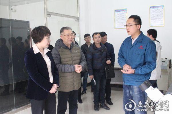 张希慧在文昌科技产品监测中心询问产品研发成果