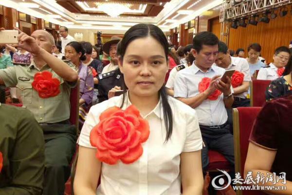 """(在全国""""最美家庭""""揭晓会上,女儿黄琼代表家人领奖,受到了党和国家领导人的亲切接见。)"""