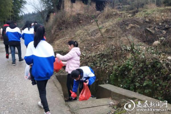 (温塘中学学生在神仙岭清捡垃圾)