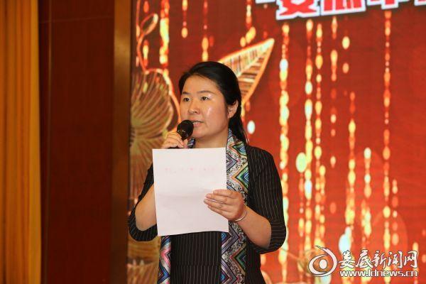 市委宣传部副部长彭一伶宣读关于成立娄底研究艺术家协会志愿服务分会的决定
