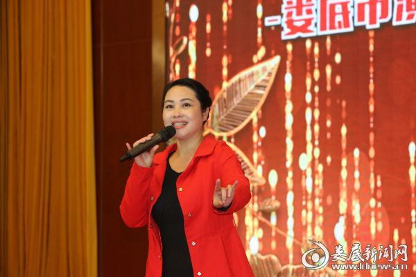 全国人大代表彭祈表演花鼓戏小调