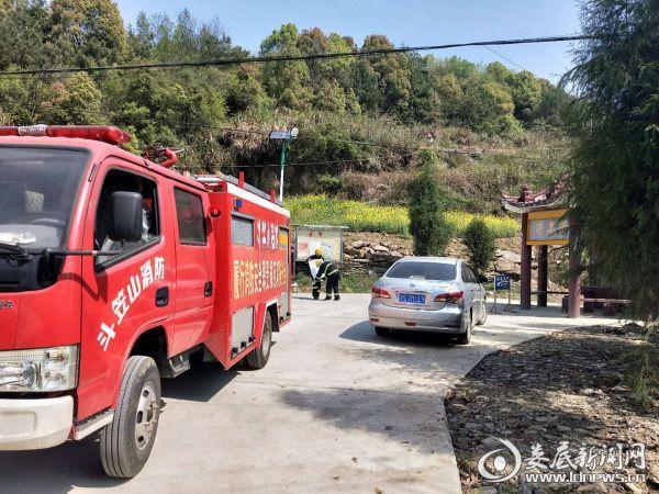 消防车和消防人员在重要山林宣传防火知识