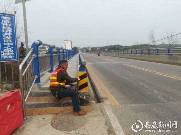 大埠桥加装反光标志标牌