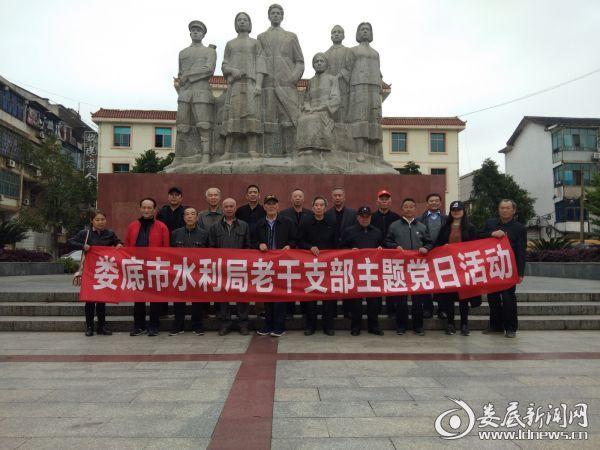 (17名老党员在蔡和森光辉一家雕像前留影)