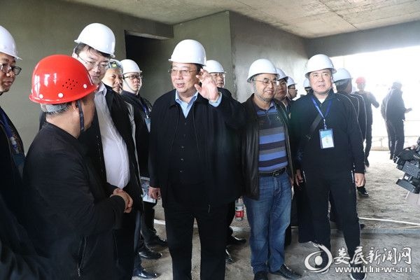 (来自全国各地的50余名相关行业人员参观了湖南瑞吉达科技公司正在施工的建筑工地,现场对机喷抹灰技术进行了探讨)
