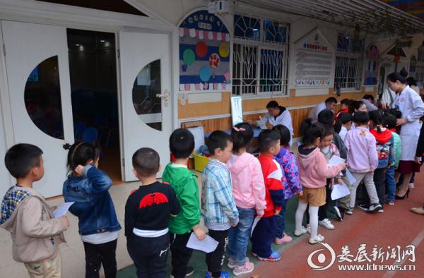 蓝天幼儿园的宝贝们井然有序的体检