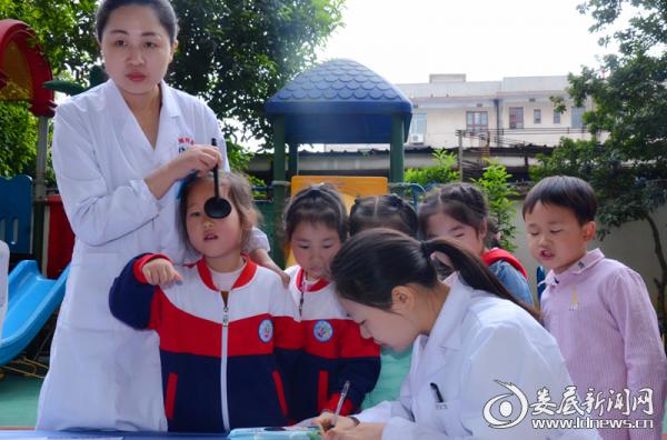 娄底爱尔眼科医院医务人员为蓝天幼儿园的宝贝们做视力检测