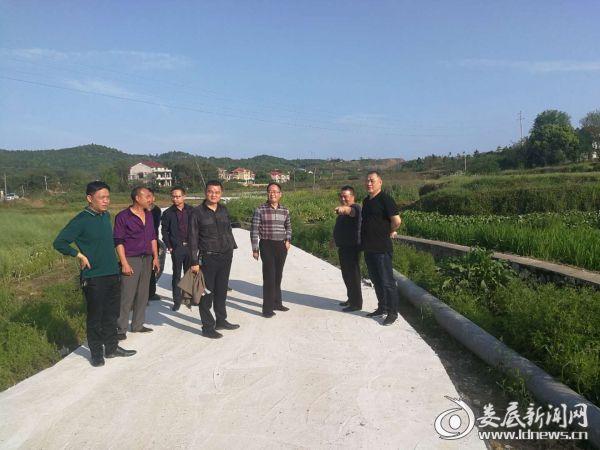 (右一)副区长刘建斌察看木山村新建的通村公路1