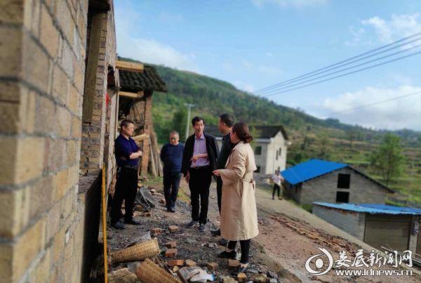 杨建平带领扶贫工作队现场指导新房建设