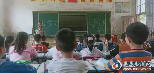 学生在听国家安全教育课