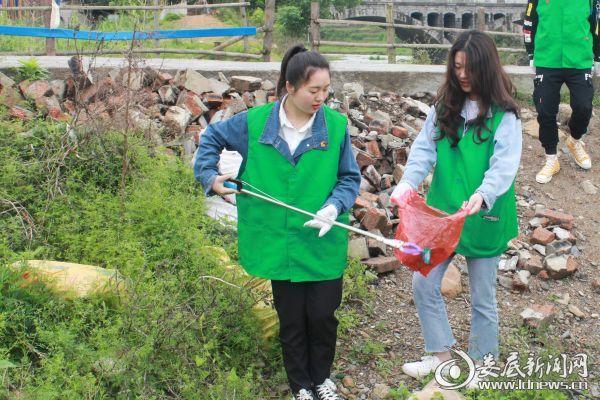 (志愿者三两个人一组,分工合作,有条不紊地开展巡河护河行动)
