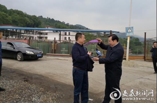 (赵军听取曾伯怡关于利民煤矿关闭退工作进展情况汇报。)