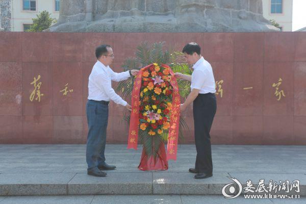 """黄绍华、彭欣辉代表团员青年向""""蔡和森同志光辉一家""""群雕敬献花篮"""