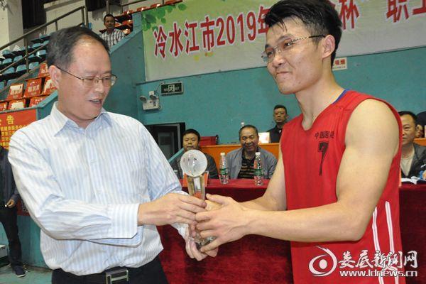 冷水江市总工会党组书记肖平为获奖运动队颁奖。熊又华 摄DSC_3550
