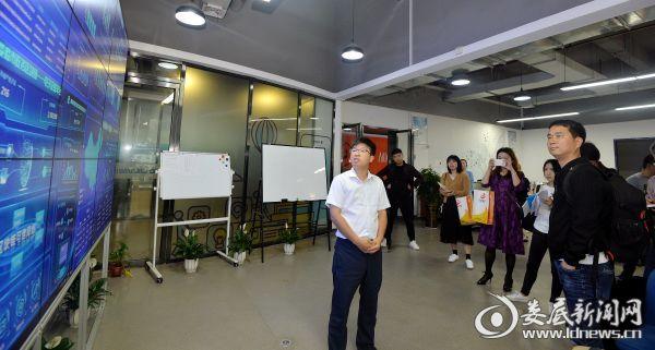 湖南智慧政务区块链科技有限公司CEO王超介绍该平台核心技术区块链的应用特点与专业性。_副本