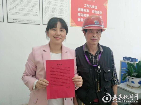 刘珍(左)收到客户送来的感谢信