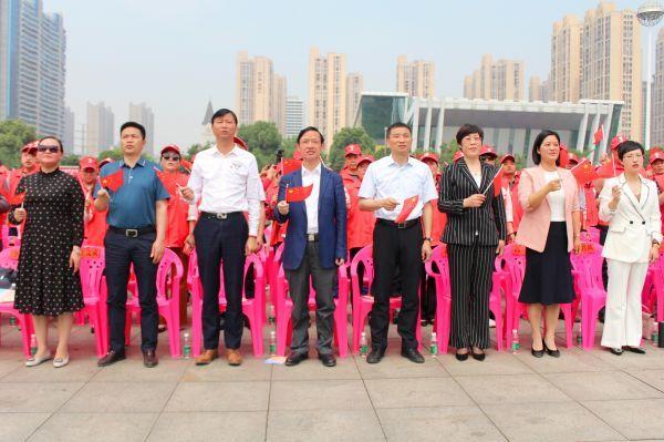 (娄星区委书记彭健初,区委副书记邓伟谋等跟随着志愿者挥动着手中的五星红旗)