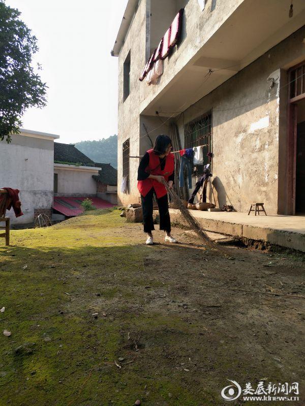 驻村帮扶工作队员带领群众开展环境卫生大整治活动