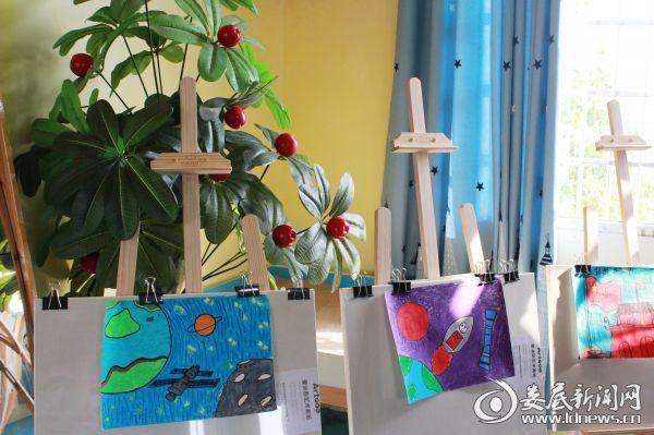 (美术教室里,孩子们的美术作品被老师精心展示,孩子们的美术梦想被细心呵护)