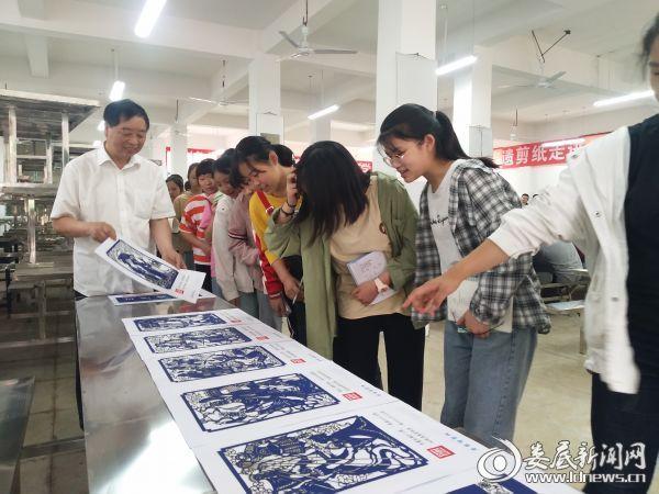 李希特为同学们讲解剪纸艺术