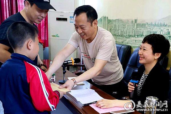 5月31日,冷水江市总工会为困难儿童家庭送上慰问金。DSC_5817