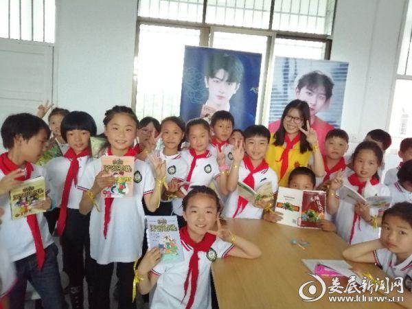 孩子们手拿图书非常开心