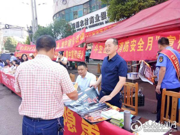 镇长刘林飞在宣传安全生产