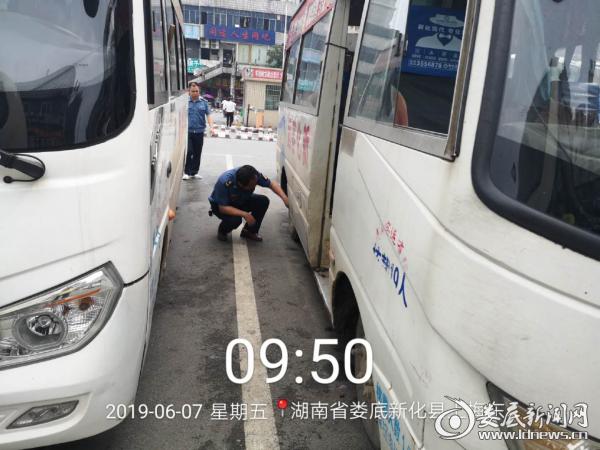 (图为新化县运管局工作人员对送考车辆进行安检)