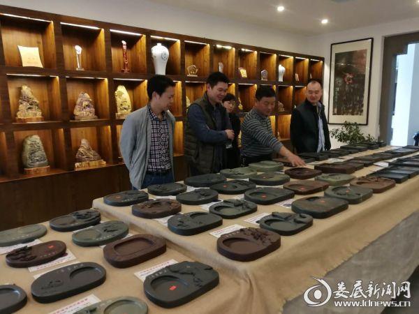 专家在双峰国藩溪砚指导