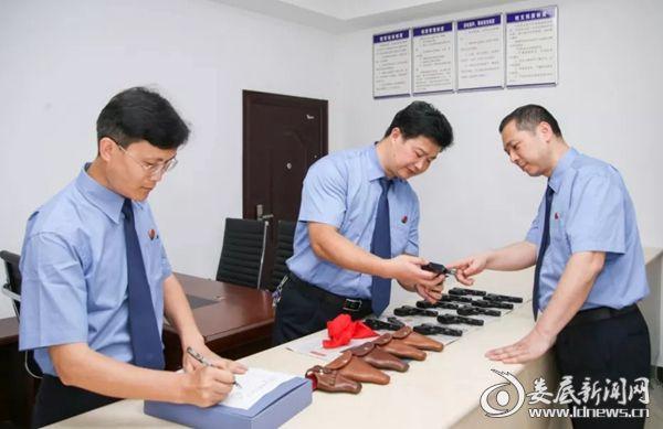 刘有利(右一)、闵卫东(中)、柳晓军(左一)对枪支弹药进行检查登记