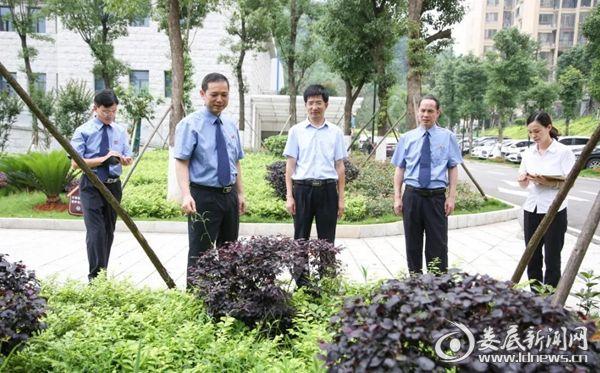 刘有利(左二)、刘林平(右二)、柳晓军(左一)对院内物业进行检查