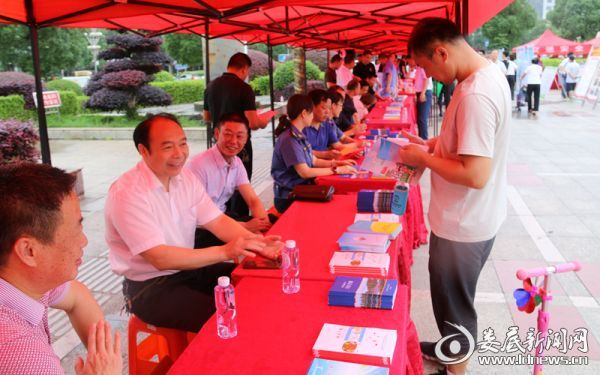 刘文伟局长在咨询现场宣传公路安全知识