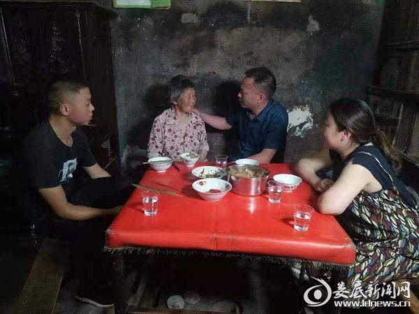 杨建平与康祝香一家共进晚餐