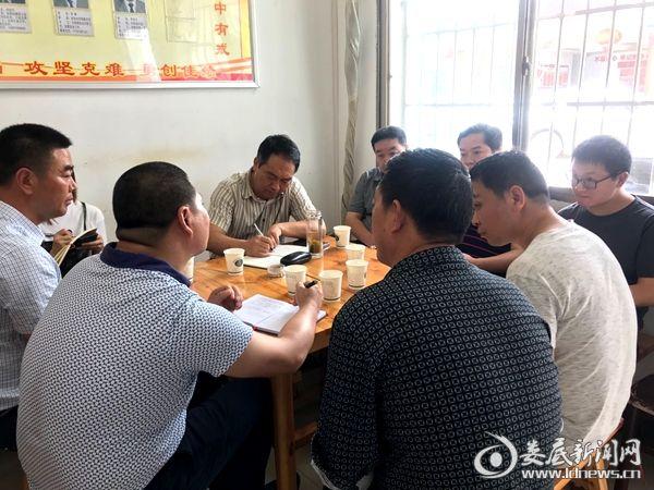 王雄召集古台山林场及扶贫工作队相关同志反馈走访情况