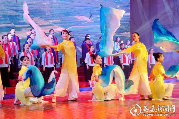 冷水江市教育局表演合唱《我的祖国》。熊又华 摄DSC_6567