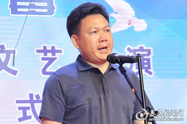 6月26日晚,冷水江市委书记向乾勇宣布文艺汇演开幕。熊又华 摄DSC_6543