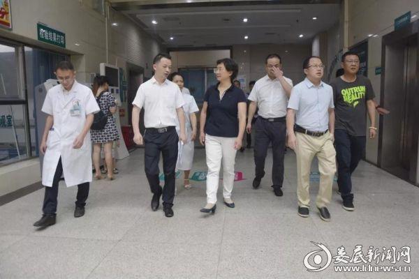 (杨明施(左三)在副院长邹自平(左二)的陪同下检查)