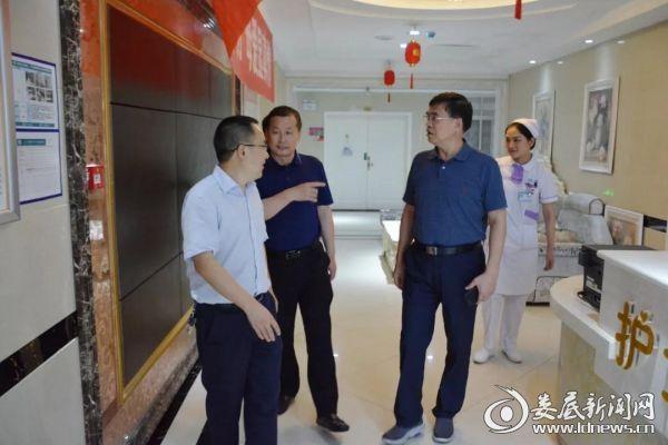 (陈卫红(右二)、李爱勤(左二)在贺军民(左一)的陪同下视察医院)