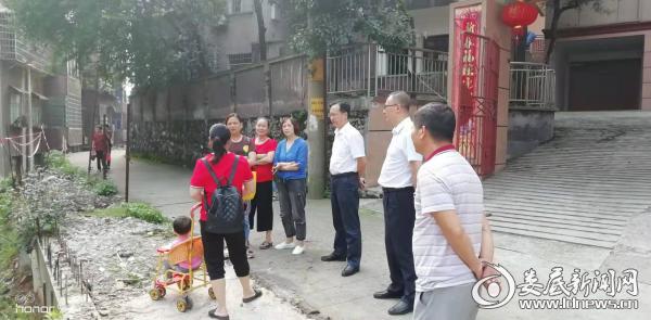 (冷水江街道党政领导深入到灾后恢复重建第一线指导灾后自救和重建工作)