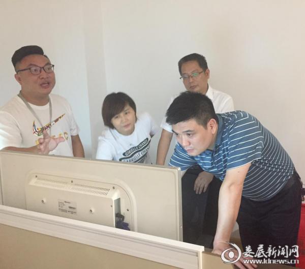 团市委党组书记、书记提名人选刘志刚在工作人员指引下查看电商直播后台情况