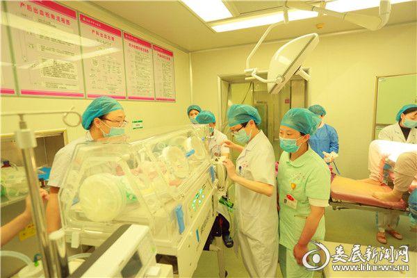 娄底首台新生儿转运系统对早产儿进行转运,有力保障了超低出生体重早产儿的生命安全