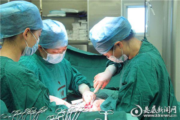 我院产科专家为高危产妇实施剖腹产手术