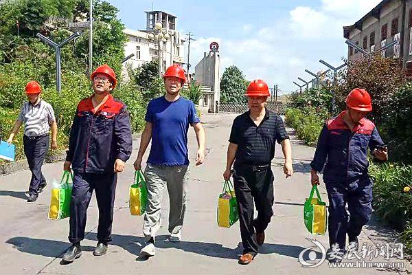 冷水江市总工会党组书记肖平等为高温一线职工送清凉。DSC_6779
