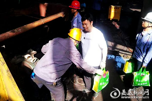 冷水江市总工会为正在棒线厂二扎车间搞大修的高温岗位职工送清凉。DSC_6787