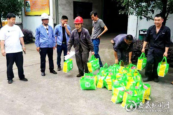 冷水江市总工会深入帮扶企业湖南博长三创公司为一线职工送清凉。DSC_6780