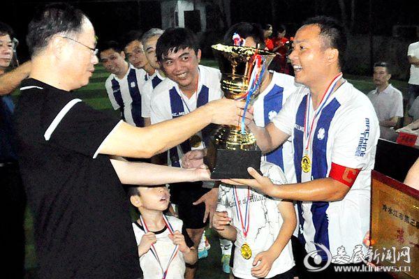 7月26日晚,肖平为冷水江市教育局队颁发冠军杯。熊又华 摄DSC_6887