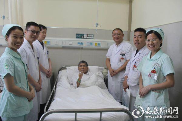 术后,患者为专家团队竖起大拇指