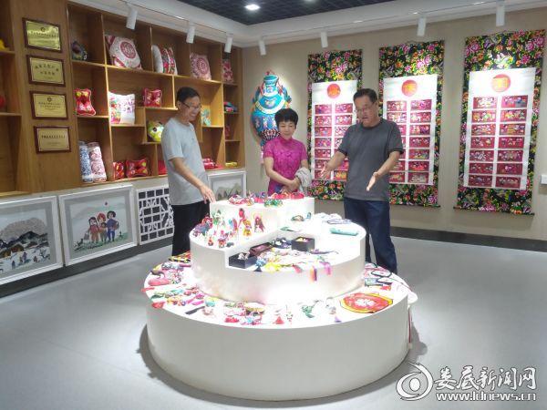 参观庆阳市文化馆香包展览厅