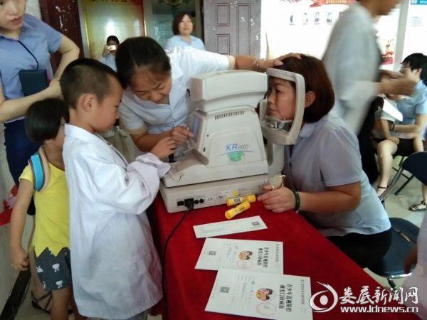 """""""小医生""""亲自操作设备 亲自为妈妈检测眼部情况"""