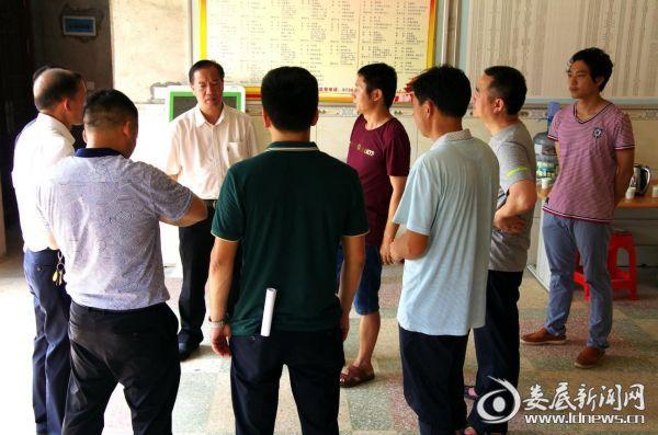 (市发改委主任杨维在铁山村村委会召开现场办公会)